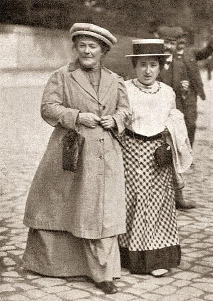 Clara Zetkin mit Rosa Luxemburg im Jahr 1910. Die deutsche Sozialistin Clara Josephine Zetkin war aktiv en der revolutionär-marxistischen Fraktion und sie der Kommunistischen Partei Deutschlands (KPD).